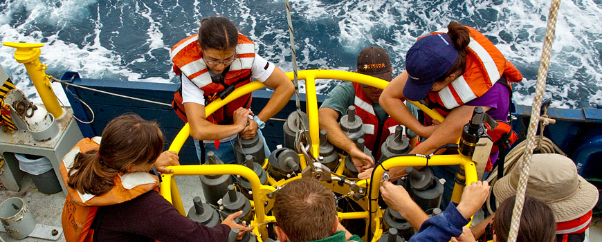 Students help deploy a CTD aboard New Horizon