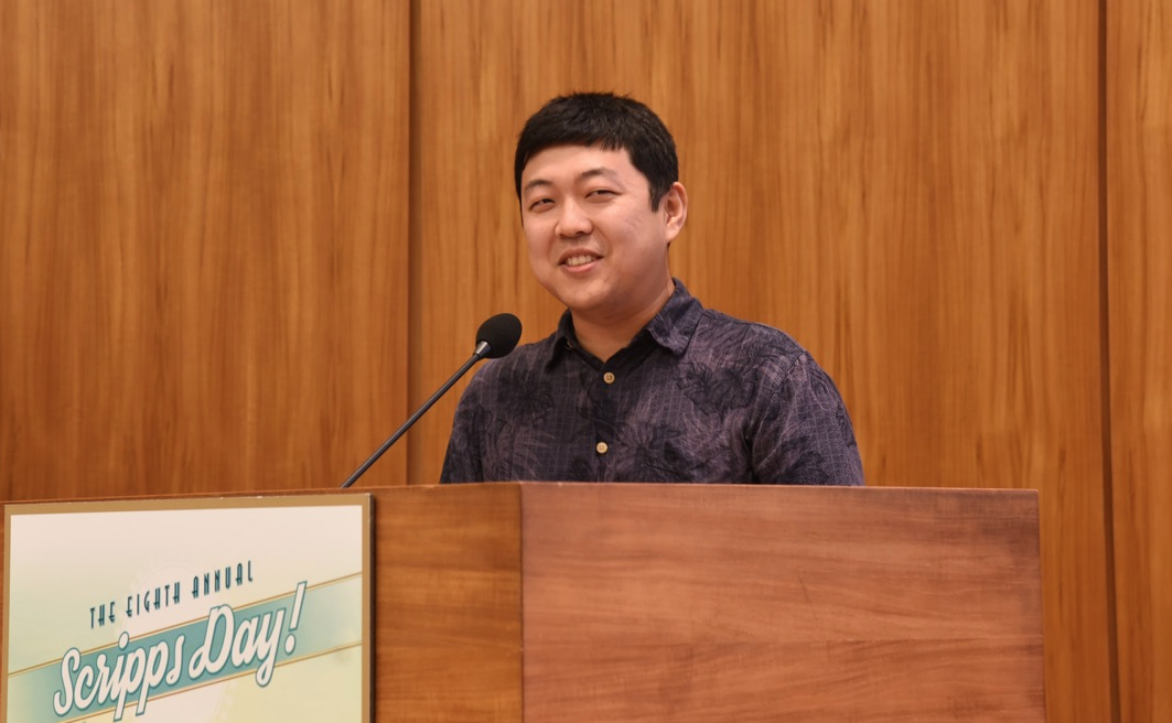 Hao Ye accepts the Frieman Prize in 2015.