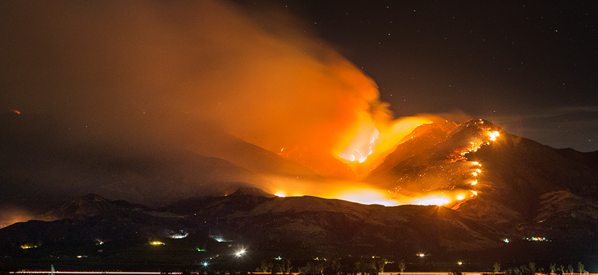 The Thomas Fire races toward Southern California cities of Ojai and Santa Paula, Dec. 7, 2017. Photo: istockphoto/JPhilipson